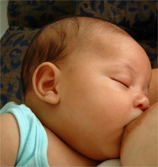 ¿Cómo conseguir que el bebé no se duerma mientras come?