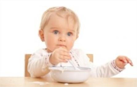 Cómo enseñar a comer al niño con cubiertos
