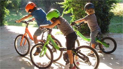 Niña Montando Su Bicicleta En Un Parque: Niños Montando Bicicleta