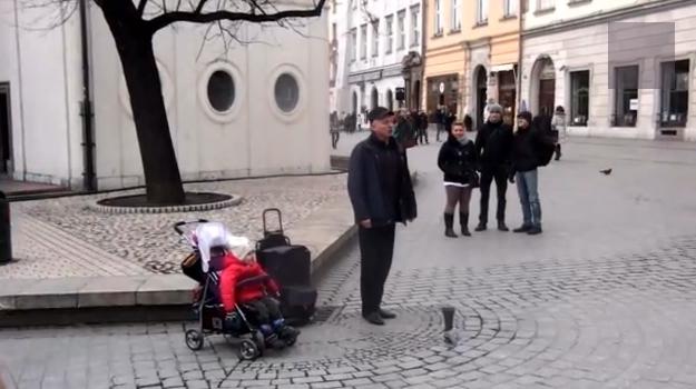 Un bebé canta ópera junto a un cantante callejero