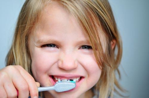 Seis malos hábitos que dañan los dientes infantiles