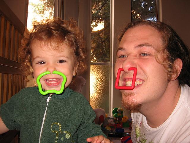 Bebé imita a padre