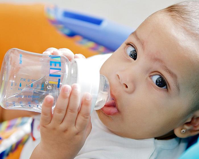 Image result for bebes tomando agua