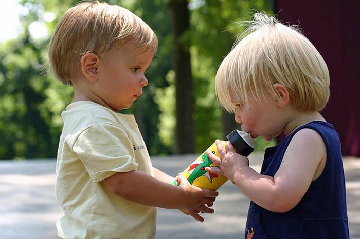 niños bebiendo