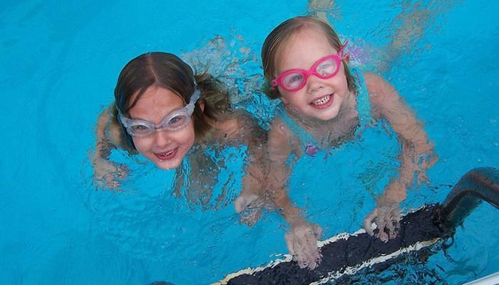 Cómo conseguir que los niños estén seguros en la piscina